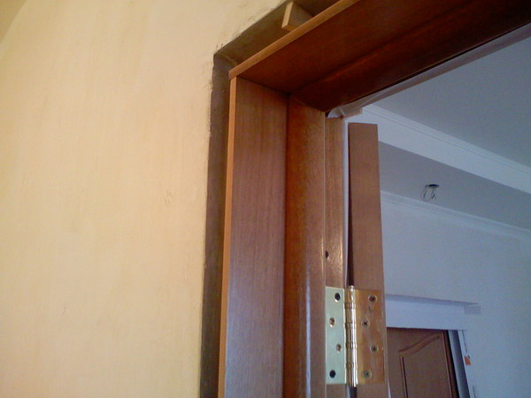 Как установить межкомнатные двери с доборами своими руками